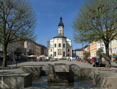 Stadtpfarrkirche mit Brunnen