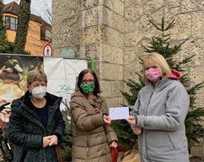Die Stadträtinnen Helga Mandl (Mitte) und Burgi Mörtl-Körner (links) einen übergeben einen Umschlag mit 300 Euro an Britta Barth von der Diakonie.